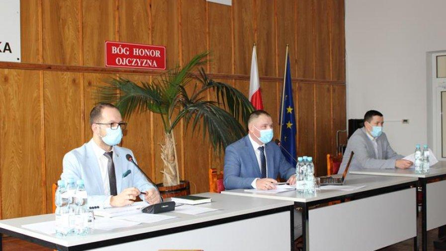 XXV Sesja Rady Miejskiej w Dąbrowie Białostockiej na zdjęciu Burmistrz, przewodniczący i wiceprzewodniczący rady miejskiej